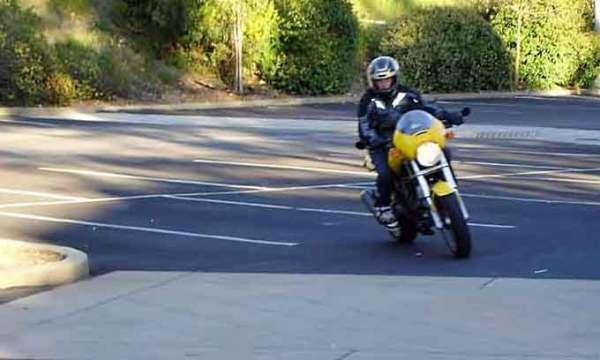 Junger Mannes auf einer gelben Ducati Monster 750 beim Fahrschultraining als Vorbereitung zur Motorradtour Skyline Boulevard in Kalifornien