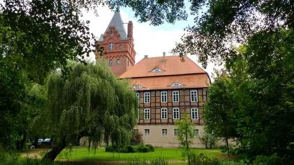 Plattenburg bei Bad Wilsnack in der Prignitz mit dem Park im Vordergrund, besucht bei einer Prignitztour zur Plattenburg