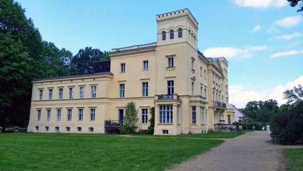 Seitenansicht des klassizistischen Schlosses Steinhoefel im Landkreis Oder-Spree, besichtigt bei einer Motorradtour Spree Oderland