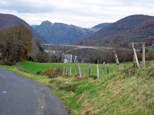 Bild der Autobahnbrücke über die Gorges de l'Ain mit Bergen, Wiesen und See