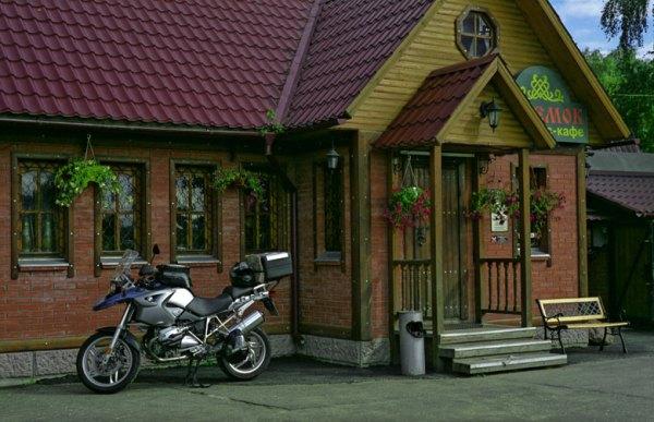 Kaffeepause auf einer Motorradtour in Russland im Dorf Schtschegolowo mit Motorrad BMW R 1200 GS beim Motorradfahren in Moskau und der Provinz