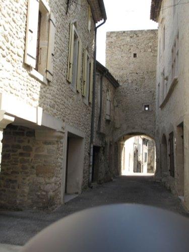 Altstadt von Taulignan in der Drôme mit einer Durchfahrt durch eine enge Gasse