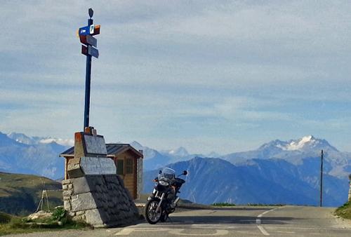 BMW R 1200 GS auf dem Col de la Madeleine mit der Gebirgskette im Hintergrund