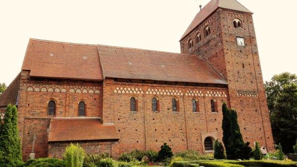 Romanische Dorfkirche Redekin an der Elbe in Sachsen-Anhalt, ein guter Einstieg in die Romanik-Motorradtour