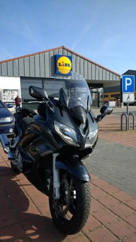 Yamaha FJR 1300 auf einem Lidl-Parkplatz bei einer Motorradtour in die Niederlausitz
