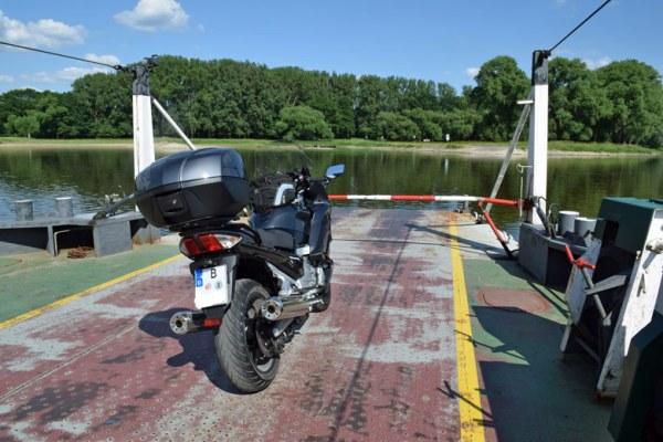Yamaha FJR 1300 bei der Überfahrt über die Elbe bei Werben
