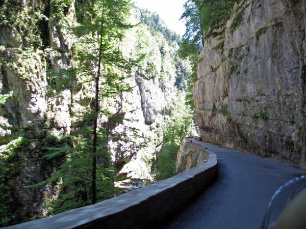In die Felsen gehauene Strasse in den Les Gorges du Guiers Vif bei einer Motorradtour in die Chartreuse in Frankreich