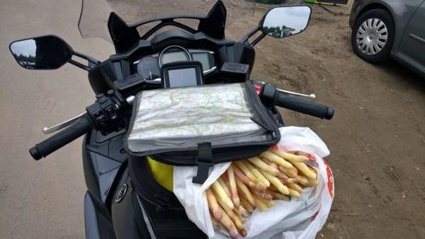 Kulinarische Motorradtouren: Spargelkauf in Beelitz mit einer Tüte frisch gestochenem Spargel in einem geöffneten Tankrucksack auf einer Yamaha FJR 1300