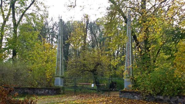 Parkeingang mit zwei filigranen Obelisken Schloss Gross Rietz im Landkreis Oder-Spree in Brandenburg