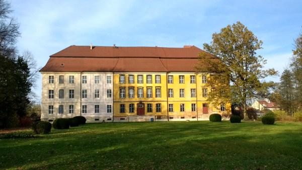 Seitenansicht von Schloss Lieberose vom Park aus gesehen bei einer Lausitztour mit dem Motorrad