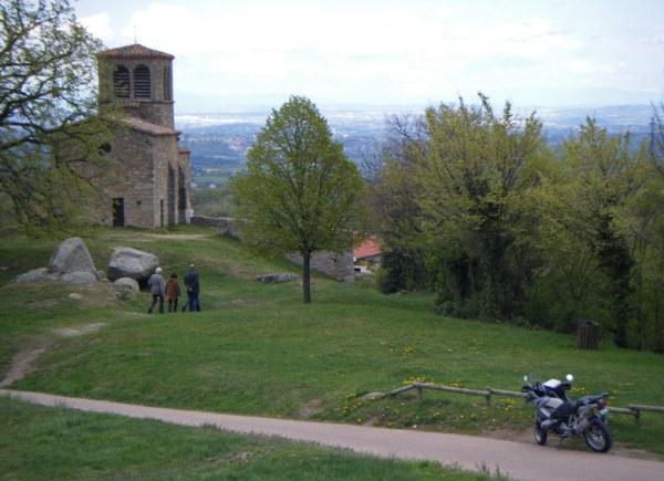 Naturpark Pilat mit dem romanischen Kirchlein St. Vincent und einem Motorrad vor dem Hintergrund der Alpenkette bei einer weihnachtlichen Motorradtour