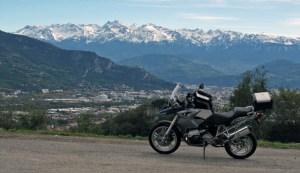 Bild von einer Motorrad-Wintertour Vercors mit einer BMW R 1200 GS im Vordergrund vor der schneebedeckten Alpenkette und der Stadt Grenoble im Talkessel