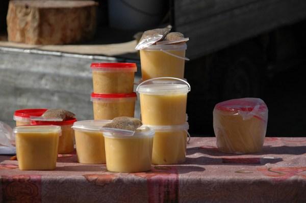 Honigverkauf auf einem Moskauer Markt im Winter