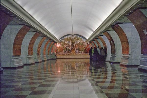 Metrostation Park Pobjedy in Moskau mit Marmorvertäfelung und einem großen Wandbild am Ende des Bahnsteigs