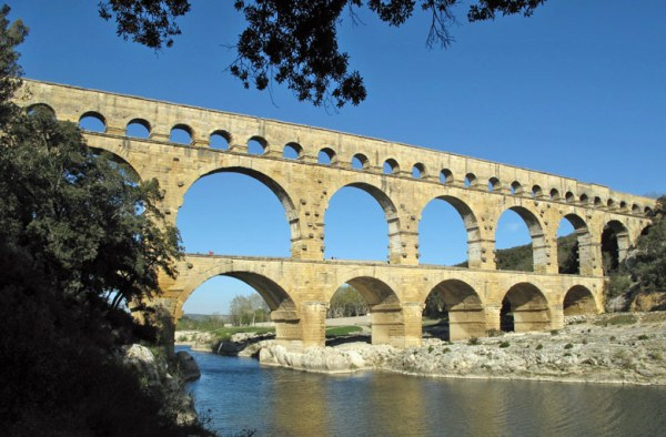 Motorradtour planen: besichtigung des Pont du Gard bei Nîmes in Südfrankreich