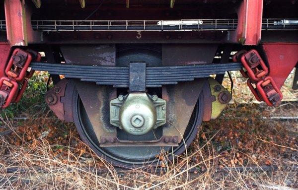 Radsatz an einem Eisenbahnwaggon auf Abstellgleis, gesehen bei einer Motorradtour zum Jahresauftakt