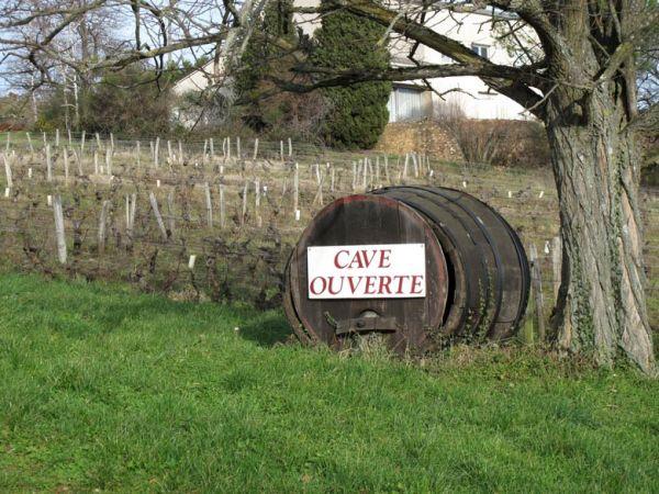 Weinfass mit der Aufschrift Cave Ouverte, gesehen bei einer Motorradtour zum Jahresauftakt