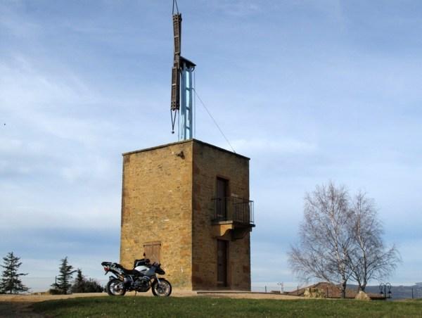 Telegraphenturm im Beaujolais mit einem Motorrad BMW R 1200 GS im Vordergrund