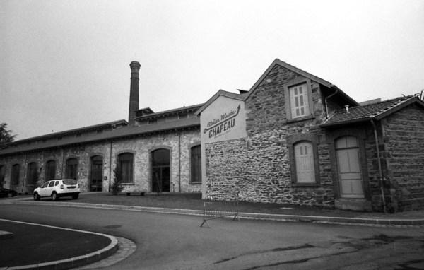 Hutfabrik Chazelles Fabrikgebäude mit Fabrikschornstein
