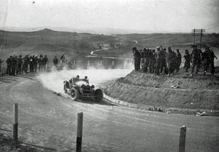 Der deutsche Rennfahrer Huschke von Hanstein auf der Millemiglia bei Radiocofani 1932 im Schwarzweißbild