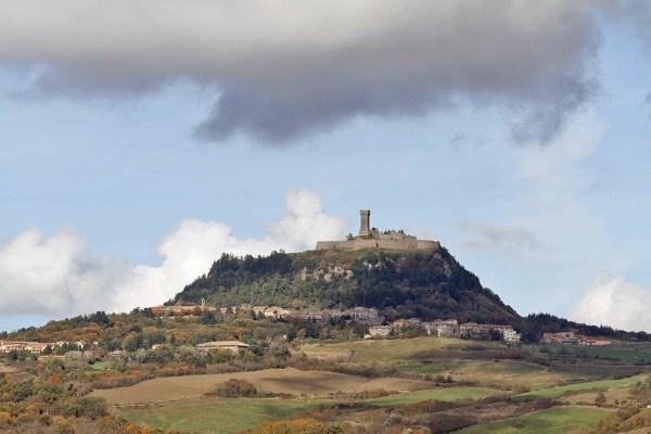Das italienische Städtchen Radicofani auf dem Berg liegend mit Festungsturm