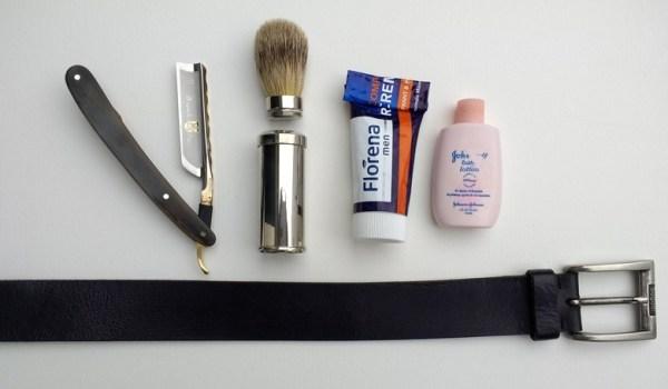 Beispiel für Smart Packing mit einem Rasiermesser Dovo Bergischer Löwe, einem Reiserasierpinsel Mühle, einer halben Tube Florena Rasiercreme, einem Fläschchen Babycreme und einem Ledergürtel zum Abziehen des Rasiermessers