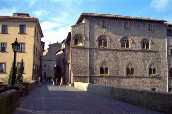 Motorradtour Toskana - Rom: Mittelalterlicher Papstpalast von Viterbo in der Altstadt