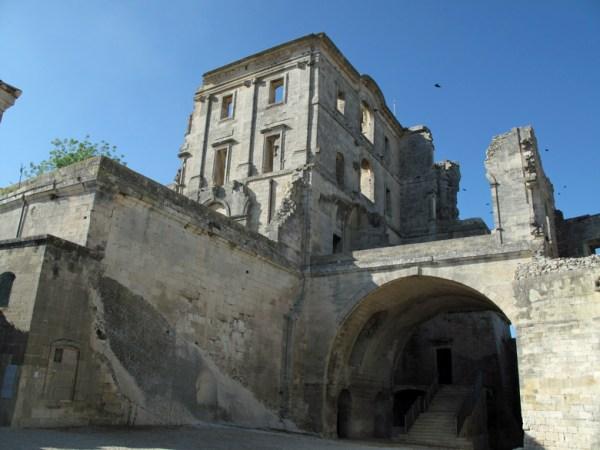 Überbleibsel der zum Teil abgebrochenen Abbaye Montmajour im französischen Département Bouches-du-Rhône, einige Kilometer nordöstlich von Arles