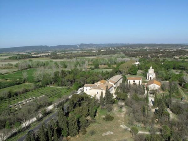 Fernblick von der Abbaye Montmajour über das weite Land bei einer Motorradtour durch Provence und Camargue