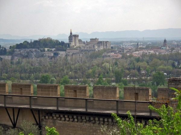 Blick auf Avignon von Villeneuve aus mit Papstpalast und Bergkette im Hintergrund