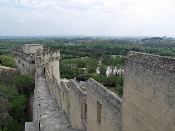 Fort St.-André in Villeneuve-lès-Avignon mit Festungsmauer, Eckturm und Fernblick auf Avignon