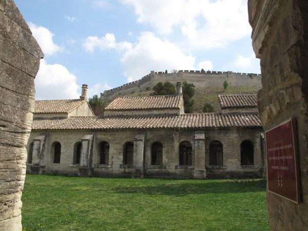 Kartause in Villeneuve-l.-A. mit Zellengang, Innenhof und Blick auf Fort St-André auf dem dahinter liegenden Berg