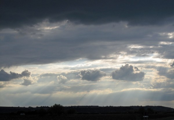 Düstere Wolken bei einer Motorradtour durch Provence und Camargue