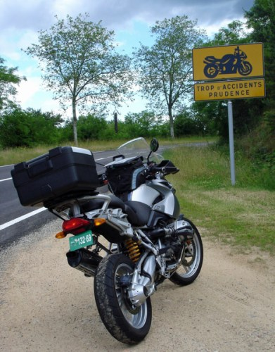 BMW R 1200 GS vor einem Warnschild für Motorräder, gesehen auf einer Motorradtour durch die Ardèche