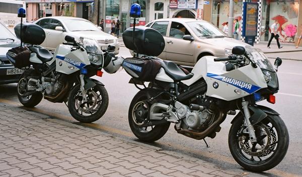BMW Polizeimotorräder in Russland mit der Aufschrift Milizija
