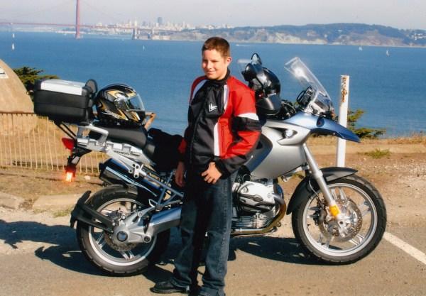 Motorradfahren mit Kindern: Schuljunge mit einer BMW R 1200 GS vor der Golden Gate Bridge in San Francisco
