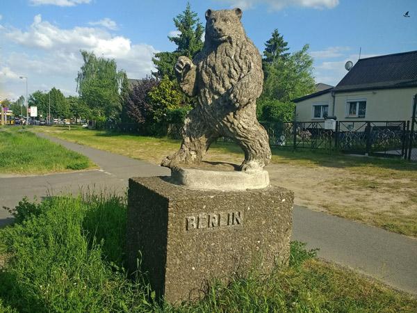 Start zur Motorrad-Hausrunde ins Abseits: Berliner Bär in Spandau auf einem Sockel mit der Aufschrift Berlin