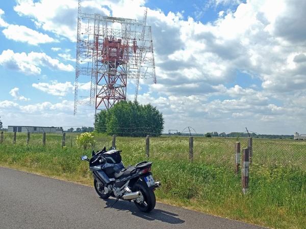 Antenne der ehemaligen Grossfunkanlage bei Nauen im Havelland mit einem Motorrad Yamaha FJR 1300