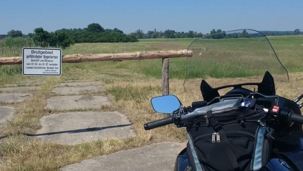 Am Ziel der Motorrad-Hausrunde ins Abseits angekommen: Vogelschutzgebiet Naturpark Westhavelland mit einem schwarzgrauen Motorrad Yamaha FJR 1300 im Vordergrund