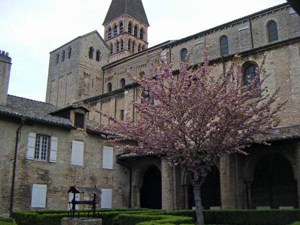Kirche von Tournus in Burgund mit Kreuzgang am Ende einer Motorradtour durch Burgund