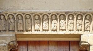 Tympanon an der romanischen Kirche von Chateauneuf in Burgund mit 12 Aposteln