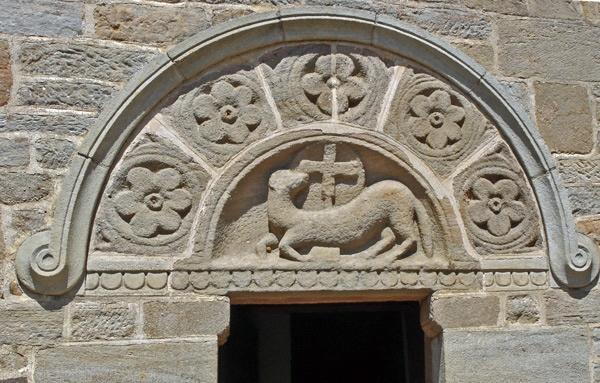 Tympanon der Kirche von Varenne, besucht bei einer Motorradtour durch Burgund