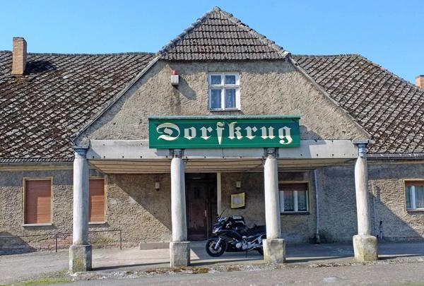 Vorlaubenhaus in Herzberg, Landkreis Ostprignitz-Ruppin, mit dem Schild Gaststätte