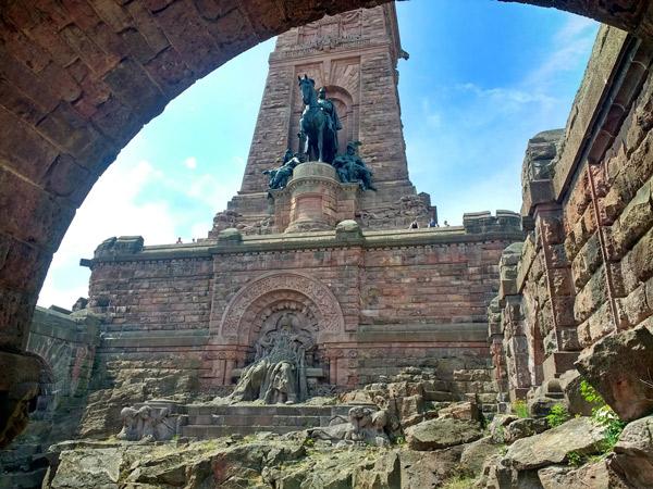 Geschichtsstunde auf der Süd-Nord-Motorradstrecke durch Deutschland: Kyffhäuser-Denkmal bei Bad Frankenhausen
