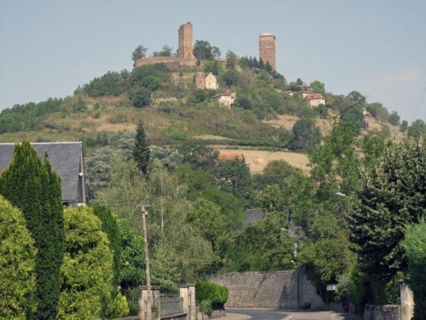 Burg St-Ceré (Lot) in Südwestfrankreich auf einem hohen Berg liegend mit zwei Türmen und Mauerring