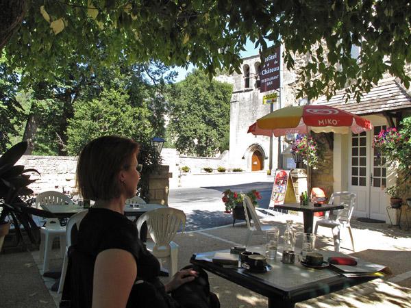 Kaffeepause Perigord Noir mit einer rothaarigen Motorradfahrerin bei einer Motorradtour Südwestfrankreich Teil 1