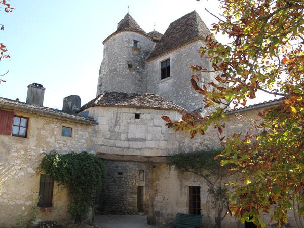 Schloss Montaigne in der Dordogne (Südwestfrankreich) vom Innenhof aus gesehen mit zwei dicken aneinandergebauten Türmen