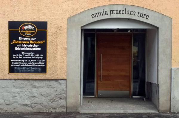 Dampfbierbrauerei in Zwiesel mit einer Überschrift über dem Tor, die von Cicero, De amicitia stammt: omnia paeclara rara - alles Vortreffliche ist selten