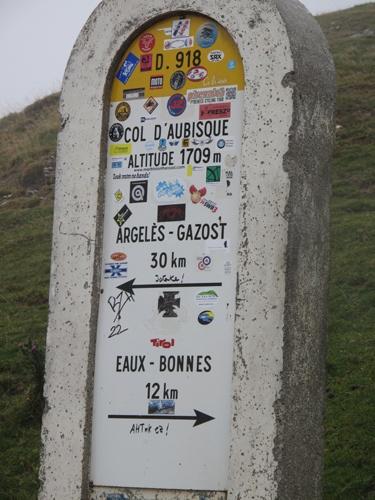 Bild vom Meilenstein auf dem Col d'Aubisque in den französischen Pyrenäen bei einer Motorradtour Südwestfrankreich Teil 2
