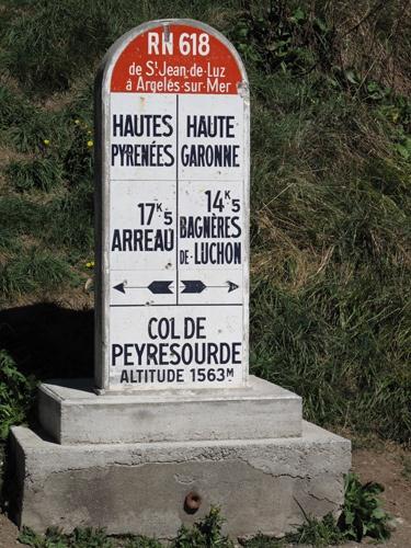 Markierungsstein Col de Peyresourde in den französischen Pyrenäen, der die Départements Hautes Pyrénées und Haute Garonne voneinander trennt